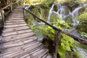 typischer hölzerner Wanderpfad im Bereich der Wasserfälle, und Travertinbarierren im Nationalpark Plitvicer Seen