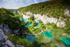 Blick auf die in einen imposanten Canyon eingebetteten unteren Seen von Plitvice.