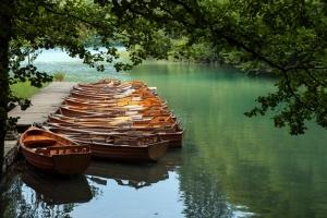 Wer sich gerne sportlich betätigen möchte, kann im Nationalpark Plitvice auch ein Ruderboot ausleihen und die einzigartige Natur ganz ungestört genießen